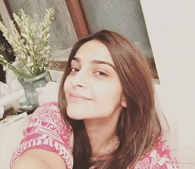 நோ ஃபில்டர் நோ மேக்கப்பா? பாலிவுட் நடிகைகளின் முகங்களை பாருங்கப்பா! Celebrity-without-makeup-selfie-sonam-kapoor-1