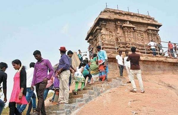 பழைய கலங்கரை விளக்கத்தை கண்டு ரசித்த சுற்றுலாப் பயணிகள்.