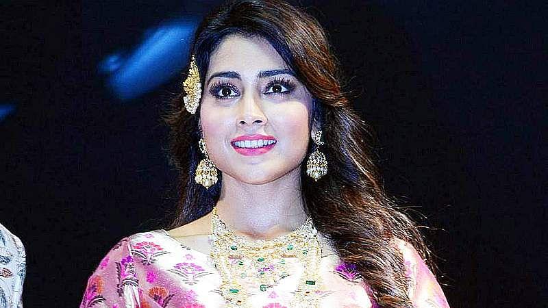 Shriya-Saran-At-Wedding-Wows-Fashion-Show-Stills-1
