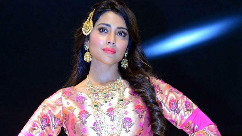 Shriya-Saran-At-Wedding-Wows-Fashion-Show-Stills-11