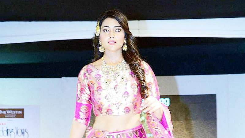 Shriya-Saran-At-Wedding-Wows-Fashion-Show-Stills-2