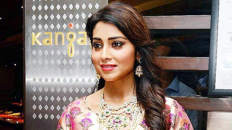 Shriya-Saran-At-Wedding-Wows-Fashion-Show-Stills-7