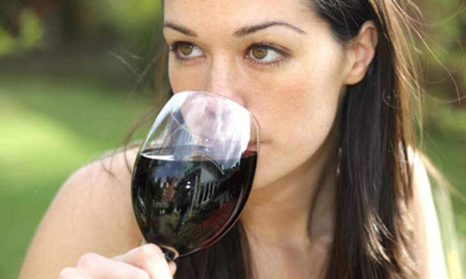 416f3_1312289731_woman_drinking_wine_001