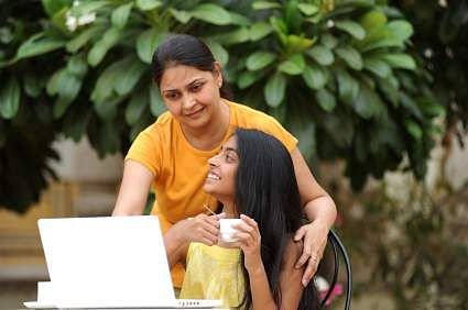 iStock_Teenager_with_mom_and_laptop_XSmall