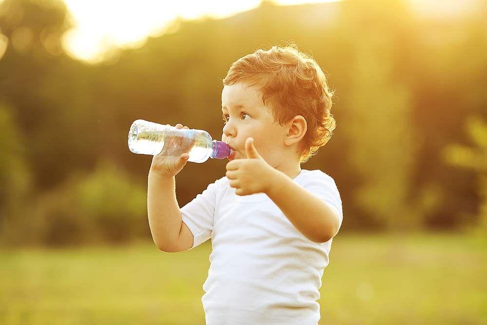 kid-drinking-bottled-water