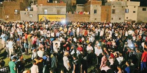 ரயில் விபத்து நேரிட்ட பகுதியில் திரண்ட பொதுமக்கள்.
