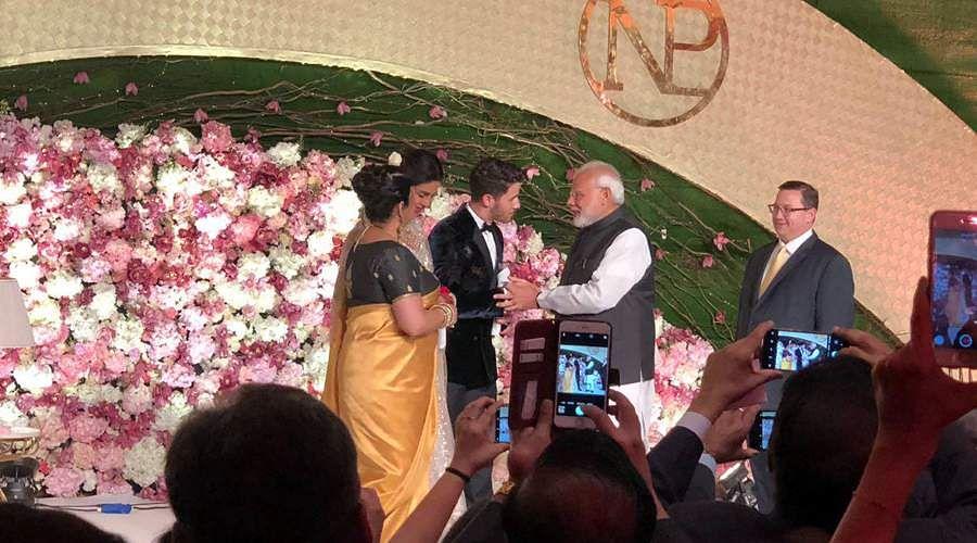 Priyanka-Chopra-and-Nick-Jonas-7b