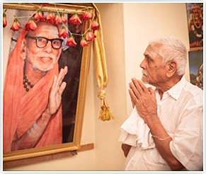 Arusuvai-Praying-to-Periyava