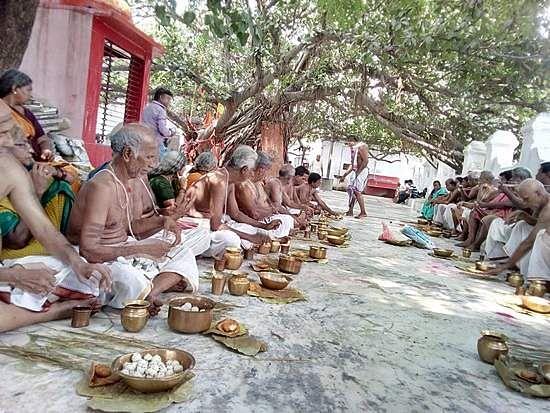 Image result for ஆசாரமான பிராமணர்களின் பந்தியில் வந்து அமர்ந்து சாப்பிட்டு