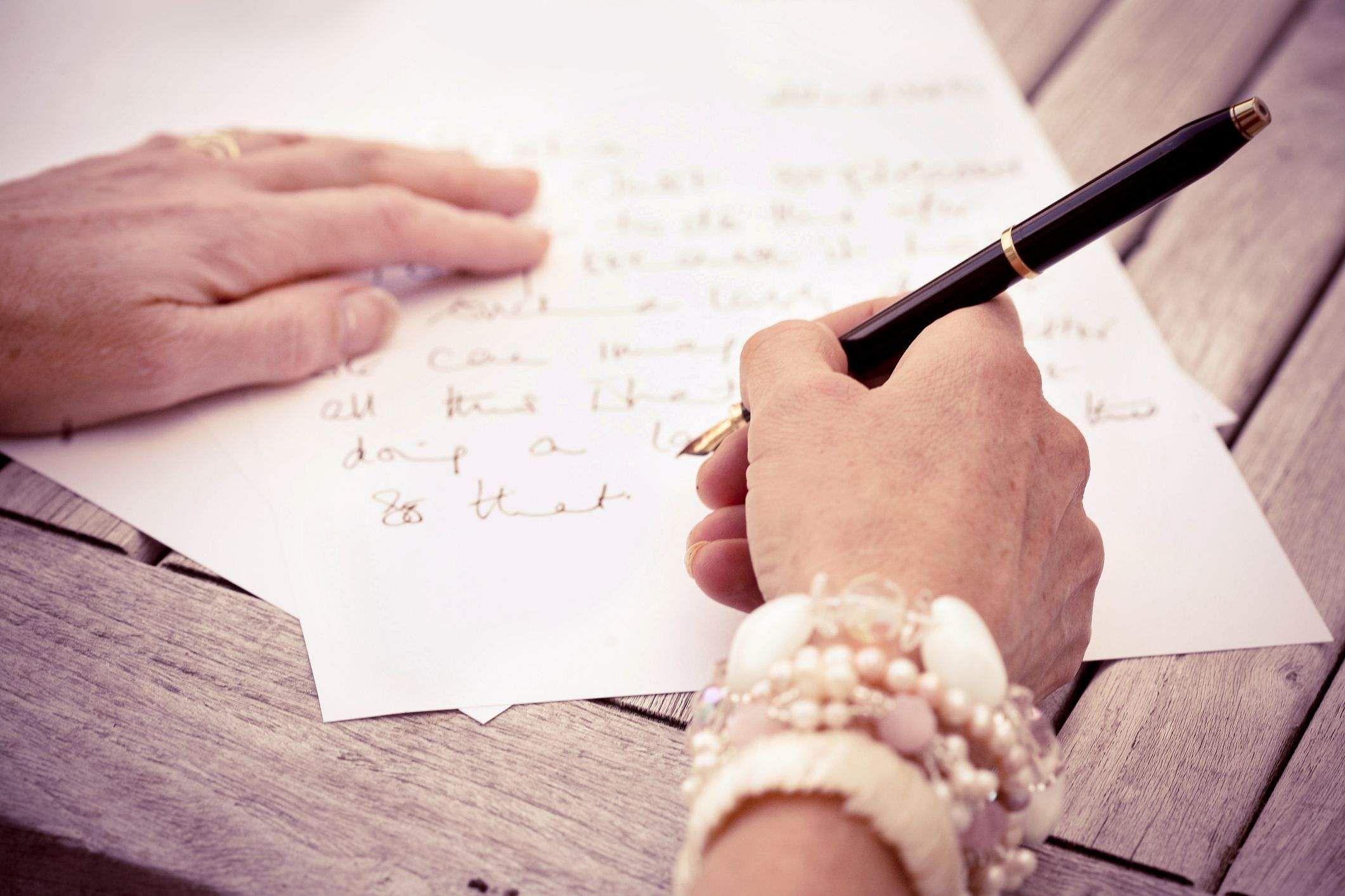 மகளுக்கு ஒரு மடல்- கவிதை Writing-letter-586d7bbe5f9b584db320f6c5