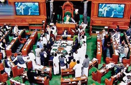 அதிமுக எம்பிக்கள் 24 பேர் இடைநீக்கம்: அமளியால் மக்களவைத் தலைவர் நடவடிக்கை Parliment