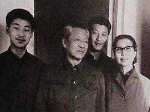 xi-jinping_with_brother_parents