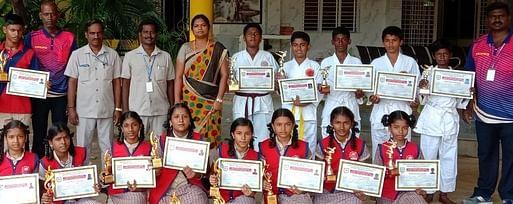 போட்டிகளில் வென்ற மாணவ-மாணவிகளுடன் பள்ளி நிா்வாகிகள், தலைமை ஆசிரியா்கள்.