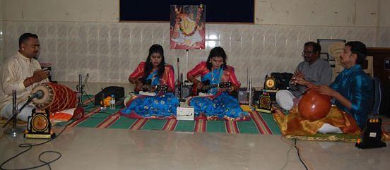 விழாவில் மாண்டலின் வாசிக்கும் சென்னை சகோதரிகள் ஸ்ரீஉஷா- ஸ்ரீஷாவின்