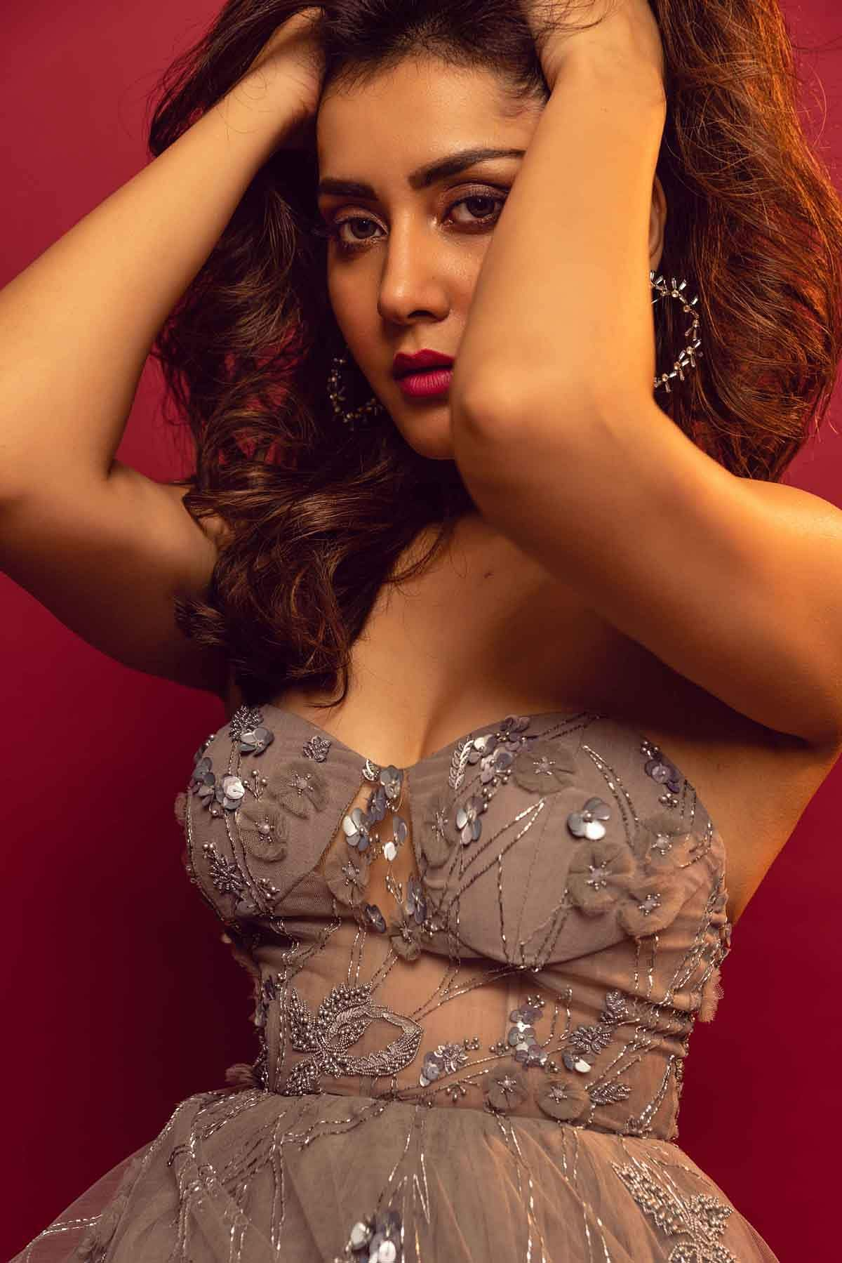 Raashi_Khanna_fame_of_Imaikkaa_Nodigal_in_eye-popping_hot_photos_3
