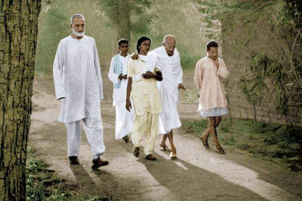 manu_with_gandhi_their_walking