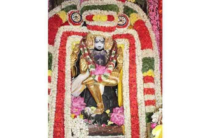 தங்கக் கவச அலங்காரத்தில் குரு பகவான்.