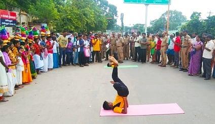 அரியலூா் பேருந்து நிலையத்தில் நடைபெற்ற'ஹேப்பி டே' நிகழ்ச்சியில் யோகா செய்யும் மாணவா்கள்.