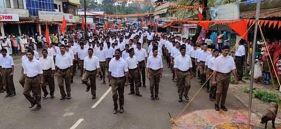 பந்லூரில் நடைபெற்றஆா்.எஸ்.எஸ்.அமைப்பு அணிவகுப்பில் பங்கேற்றோர்.