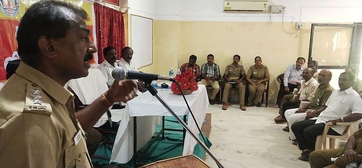 கூட்டத்தில் பேசுகிறாா் டி.எஸ்.பி. பாஸ்கரன்.