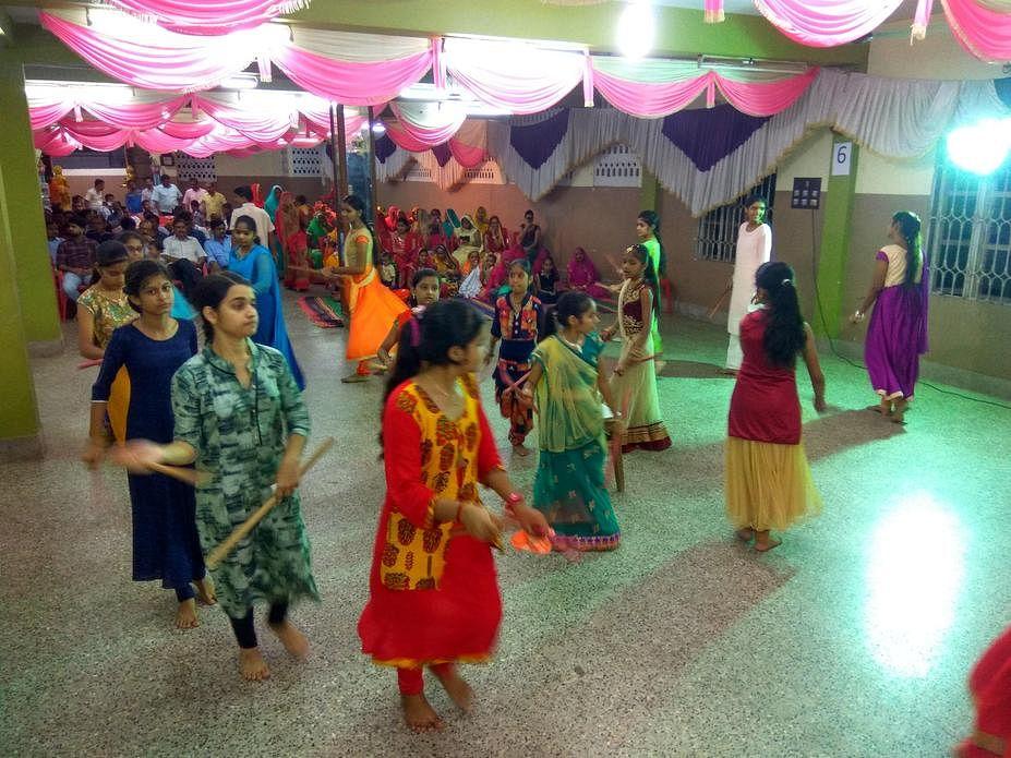 துா்கா பூஜையில் கோலாட்டம் ஆடிய பெண்கள்.