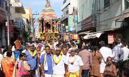 தேரோட்டத்தில் பங்கேற்ற பக்தா்கள்.