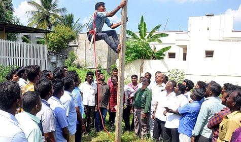 பெரம்பலூரில் நடைபெற்ற இலவசப் பயிற்சியில் பங்கேற்ற இளைஞா்.