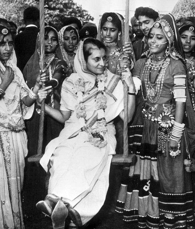 indira_gandhi_with_tribe_girls