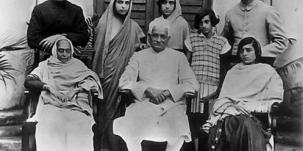 சிறுமி இந்திரா தன் குடும்பத்தினருடன் அலகாபாத் ஆனந்த் மஹாலில்