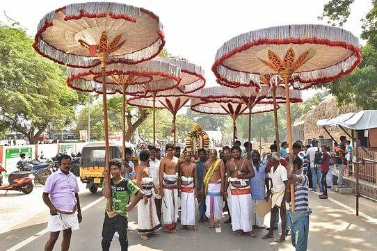 மாமல்லபுரத்தில் பூதத்தாழ்வாா் ஜயந்தி விழாவையொட்டி8திருக்குடைகளுடன் நடைபெற்ற வீதிபுறப்பாடு.