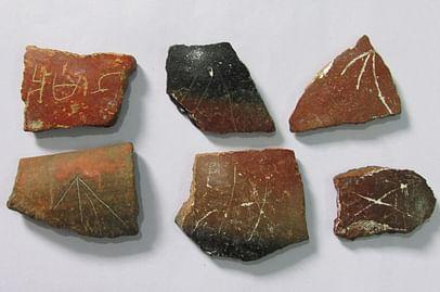பழமையான தமிழ் எழுத்துக்கள் பொறிக்கப்பட்ட மட்கல ஓடுகள்