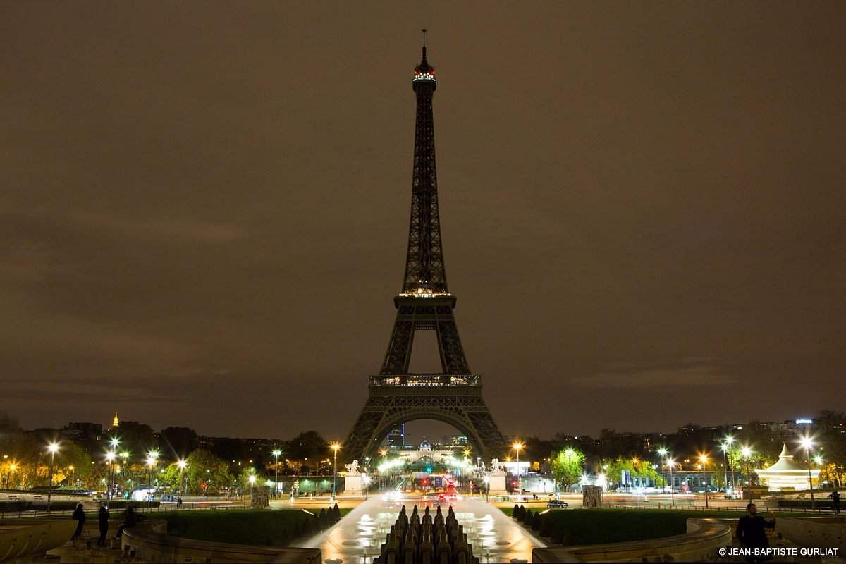 Eiffel_Tower_in_Paris_went_dark
