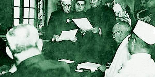 இந்தியாவின் முதல் பிரதமர் காங்கிரஸ் கட்சியைச் சார்ந்த ஜவாஹர்லால் நேரு. 1947ஆம் ஆண்டு ஆகஸ்ட் 15ம் தேதி இந்தியப் பிரதமராக பதவியேற்ற நேரு, 1964ம் ஆண்டு அவர் உயிரோடு இருந்த வரை பிரதமராக இருந்தார்.