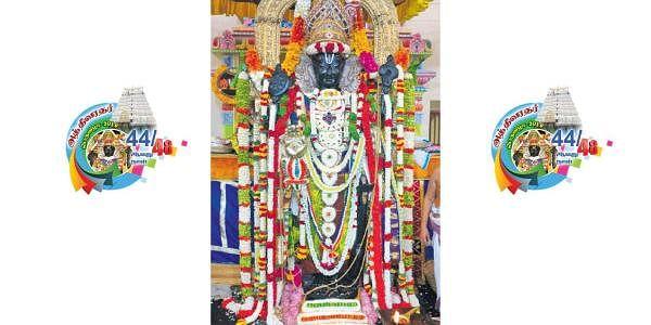 புஷ்ப அங்கியும், பச்சை நிறப் பட்டாடையும் அணிந்து  அருள்பாலித்த அத்திவரதர்.