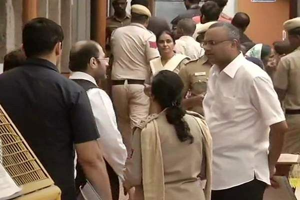 Sonia_Gandhi_and_Manmohan_Singh_arrive_at_Tihar_Jail_to_meet_P_Chidambaram