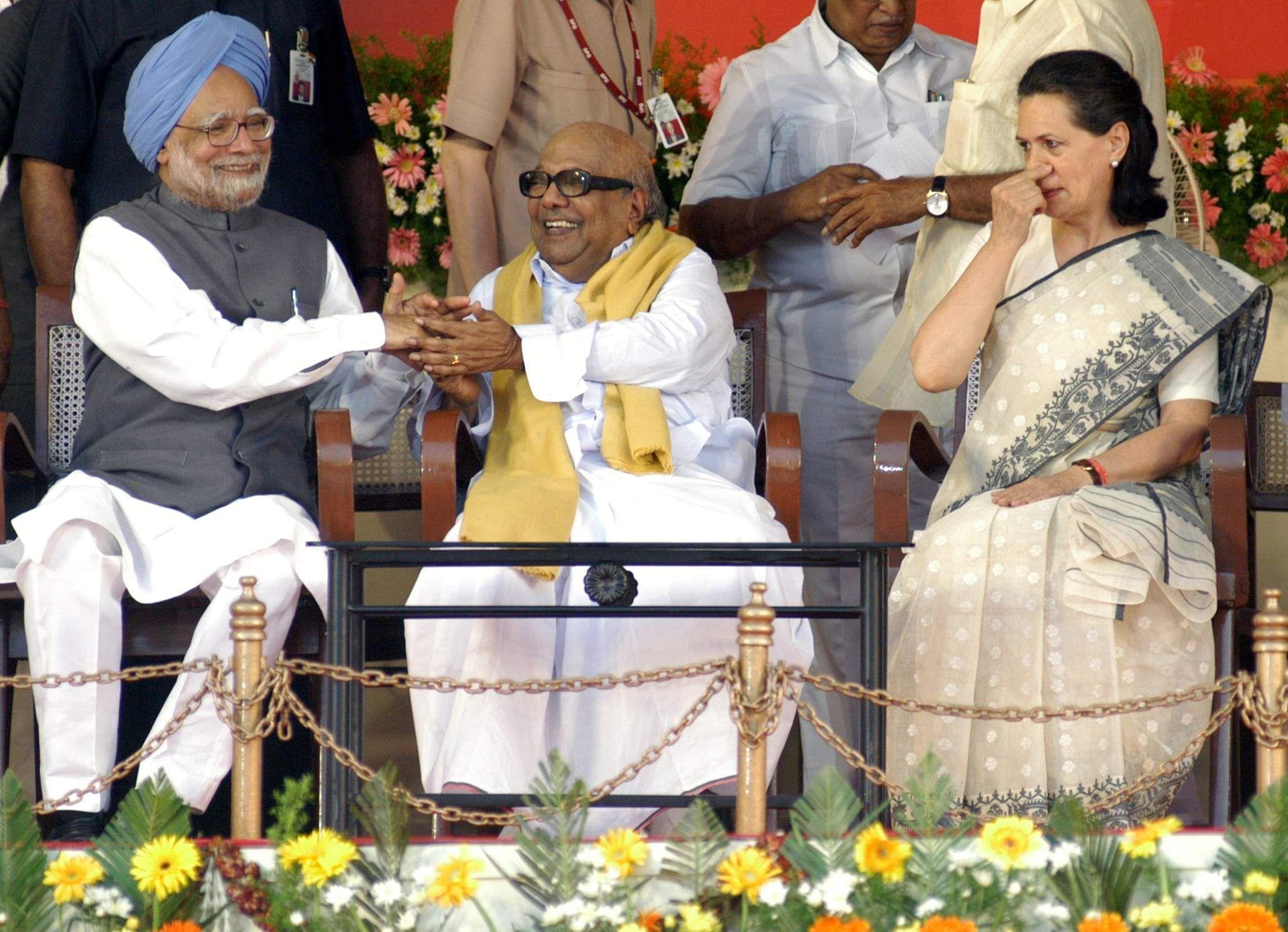 DR Manmohan singh with Sonia Gandhi & Kalaignar