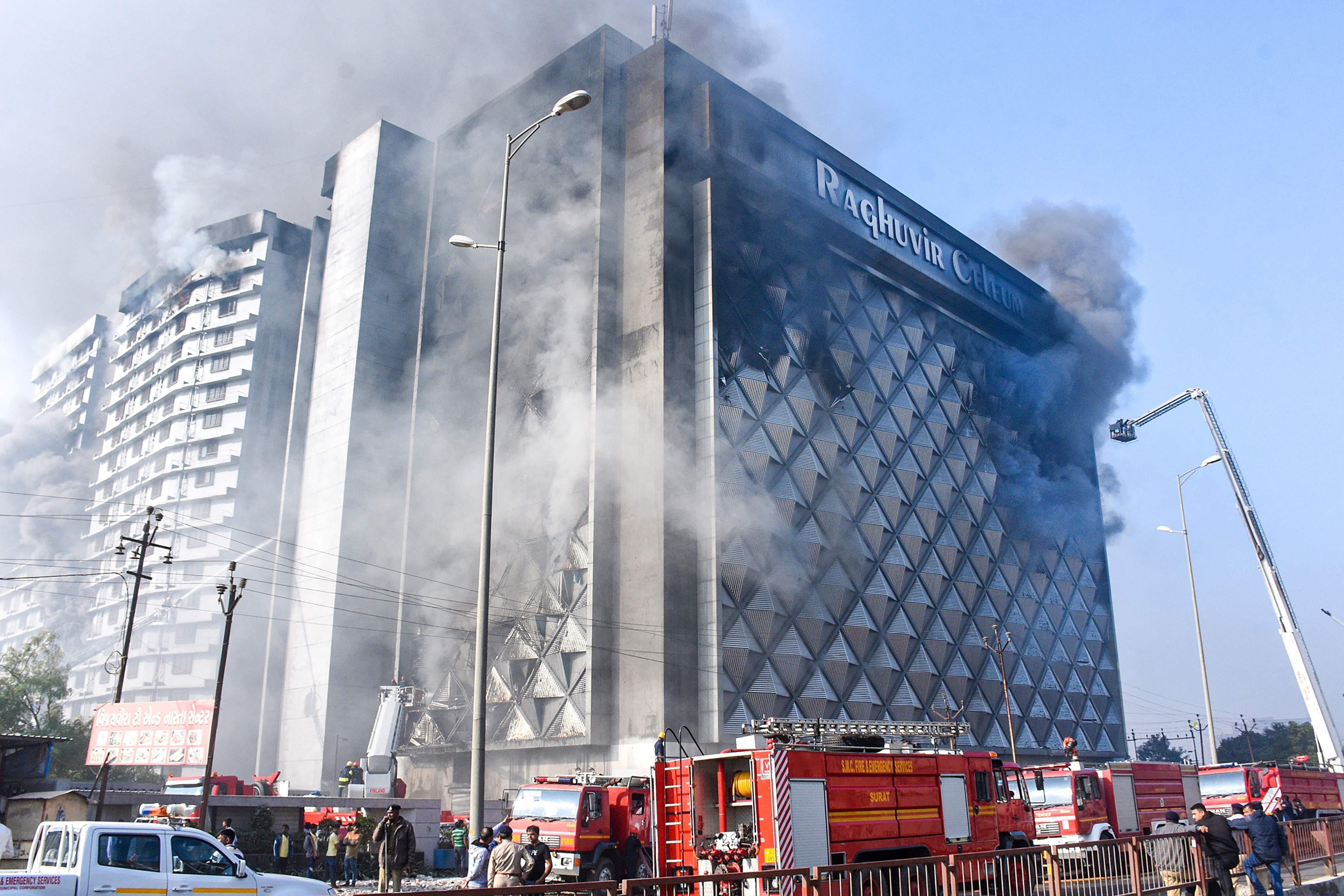 Fire_breaks_out_in_Raghuveer_Market_in_Surat_1a
