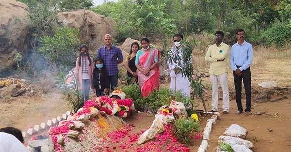 சந்தன மர வீரப்பன் நினைவிடத்தில் ஆதரவாளர்களும் உறவினர்களும் அஞ்சலி செலுத்தினர்.