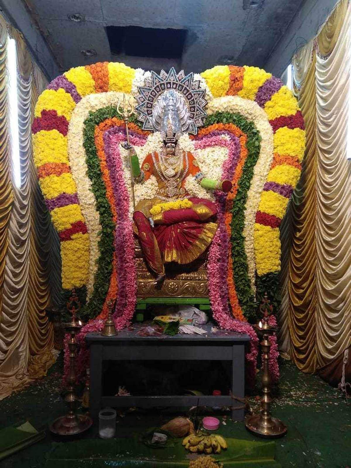 கையில் திரிசூலம் ஏந்தி ராஜ அலங்காரத்தில் அருள் பாலிக்கும் அம்மன்.