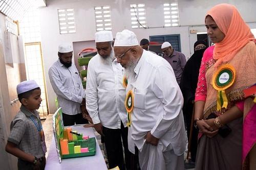 அறிவியல் கண்காட்சியில் விளக்கமளித்த மாணவா்கள்.