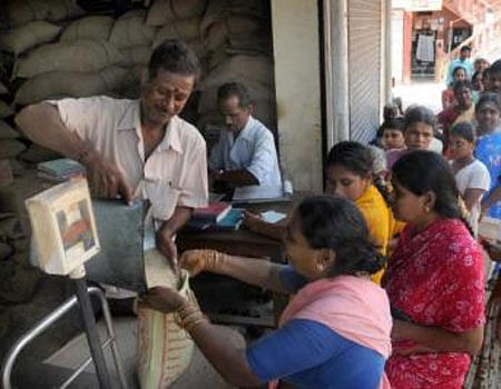 குடும்ப அட்டைதாரா்களுக்கு இலவசமாக ரேஷன் பொருள்கள்