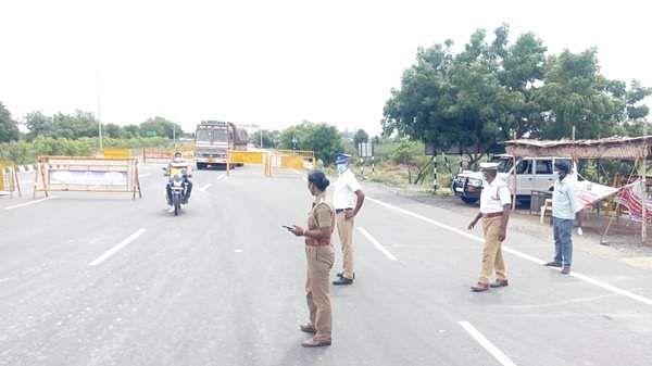 சென்னை-திருச்சி தேசிய நெடுஞ்சாலையில் காவலர்கள்வாகன பரிசோதனை