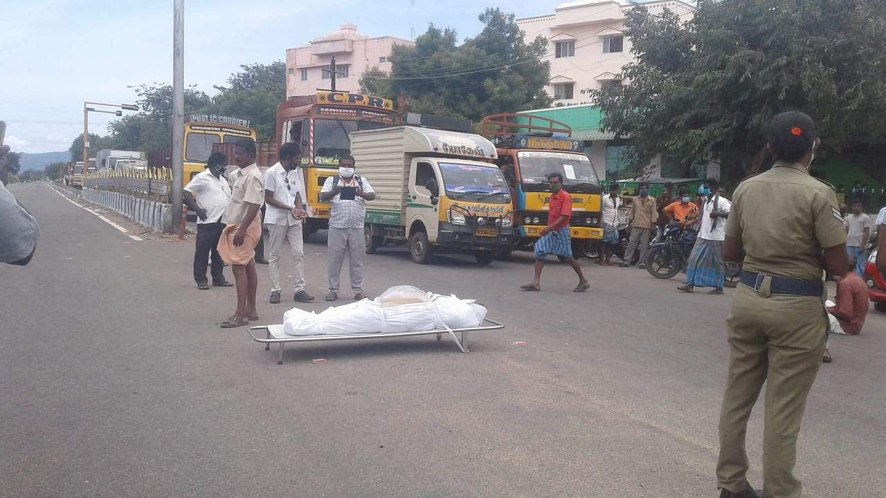 Corona death suspected: Relatives with corpse block the road in Theni