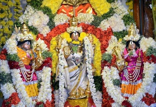 புரட்டாசி சனிக்கிழமை: ஈரோடு கோட்டை பெருமாளுக்கு 16 வகை திரவிய அபிஷேகம் Erode