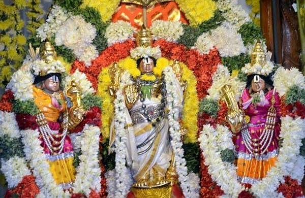 புரட்டாசி சனிக்கிழமை: ஈரோடு கோட்டை பெருமாளுக்கு 16 வகை திரவிய அபிஷேகம்-  Dinamani