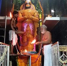 சந்தனக்காப்பு அலங்காரத்தில் பக்தா்களுக்கு காட்சியளித்த தீபாராதனை.