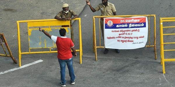 வரலாற்றில் முதல் முறையாக பொங்கலன்று ஆள் நடமாட்டம் இல்லாத நிலையில் காட்சி அளிக்கும் சென்னை மெரினா கடற்கரை சாலை.