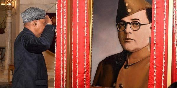 நேதாஜி சுபாஷ் சந்திர போஸின் 125வது பிறந்த நாளையொட்டி குடியரசுத் தலைவர் ராம்நாத் கோவிந்த் மலர் தூவி மரியாதை செலுத்தினார்.
