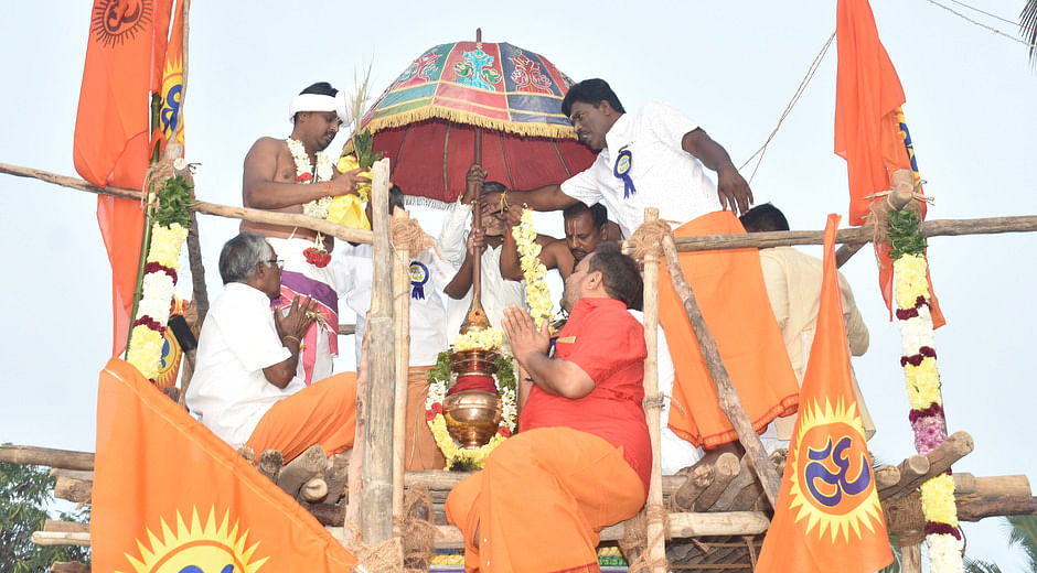 கருணீகசமுத்திரம் கிருஷ்ண பகவான் கோயிலில் நடைபெற்ற கும்பாபிஷேகத்தில் பங்கேற்றவா்கள்.