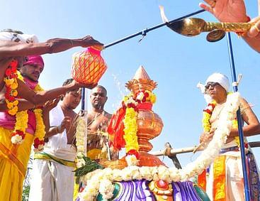 மூதூா் கோயில் கும்பாபிஷேகத்தை நடத்திய அா்ச்சகா்கள்.